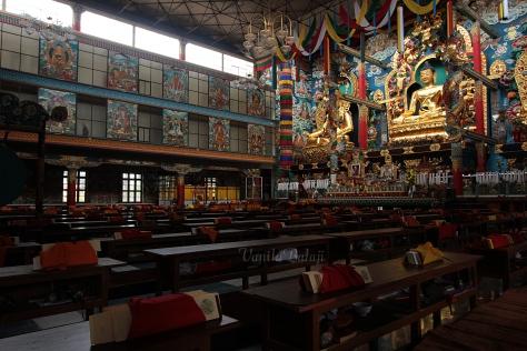 இடைவேளை நேரத்தில் அமைதியாக காட்சியளிக்கும் கோவில்.
