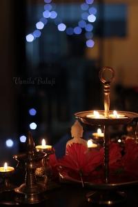 ஒளி விளக்குகளுக்கு நடுவில் சாந்தமாய் புத்தர்......
