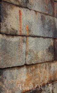கோவில் சுவரில் விருபண்ணா, தன கண்களை வீசி எறிந்த இடம் ரத்தக்கறையுடன்...