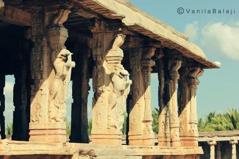 பிரதான மண்டபத்தின் அடிப்பாகத்தில் சிங்கங்களின் சிலைகள்....