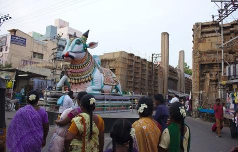 மண்டபத்தின் எதிரில் இருக்கும் நந்தி மற்றும் ராயகோபுரம்.