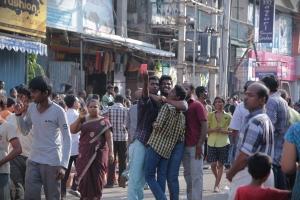 Selfie எடுத்துக் கொள்ளும் பக்தர்கள்.