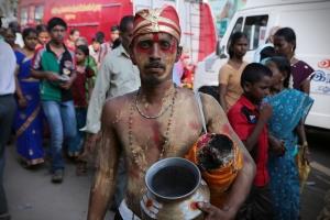 கருப்பு வேடமணிந்த பக்தர்கள்.