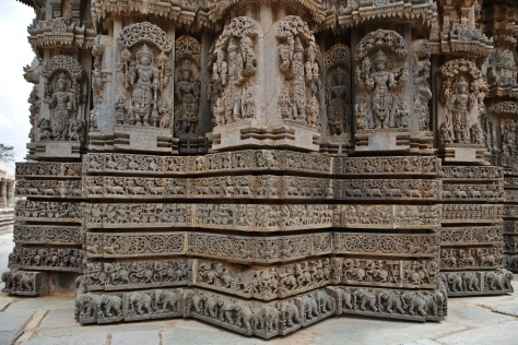 6 வார்ப்புகளுடன் கூடிய கோவில் சுவரின் அடிப்பாகம்