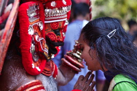 சுக்ரீவனின் ஆசீர்வாதங்களை பெரும் இளம்பெண்...