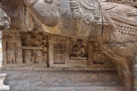 ராஜகம்பீரன் மண்டபத்தின் குதிரையின் கீழ் காணப்படும் புத்தர் சிலை.