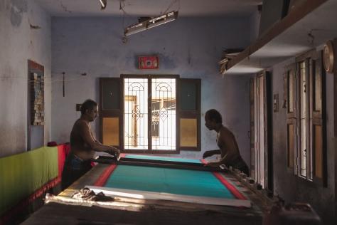 சேலையில் ஸ்கிரீன் பிரிண்டிங் செய்கின்றனர்